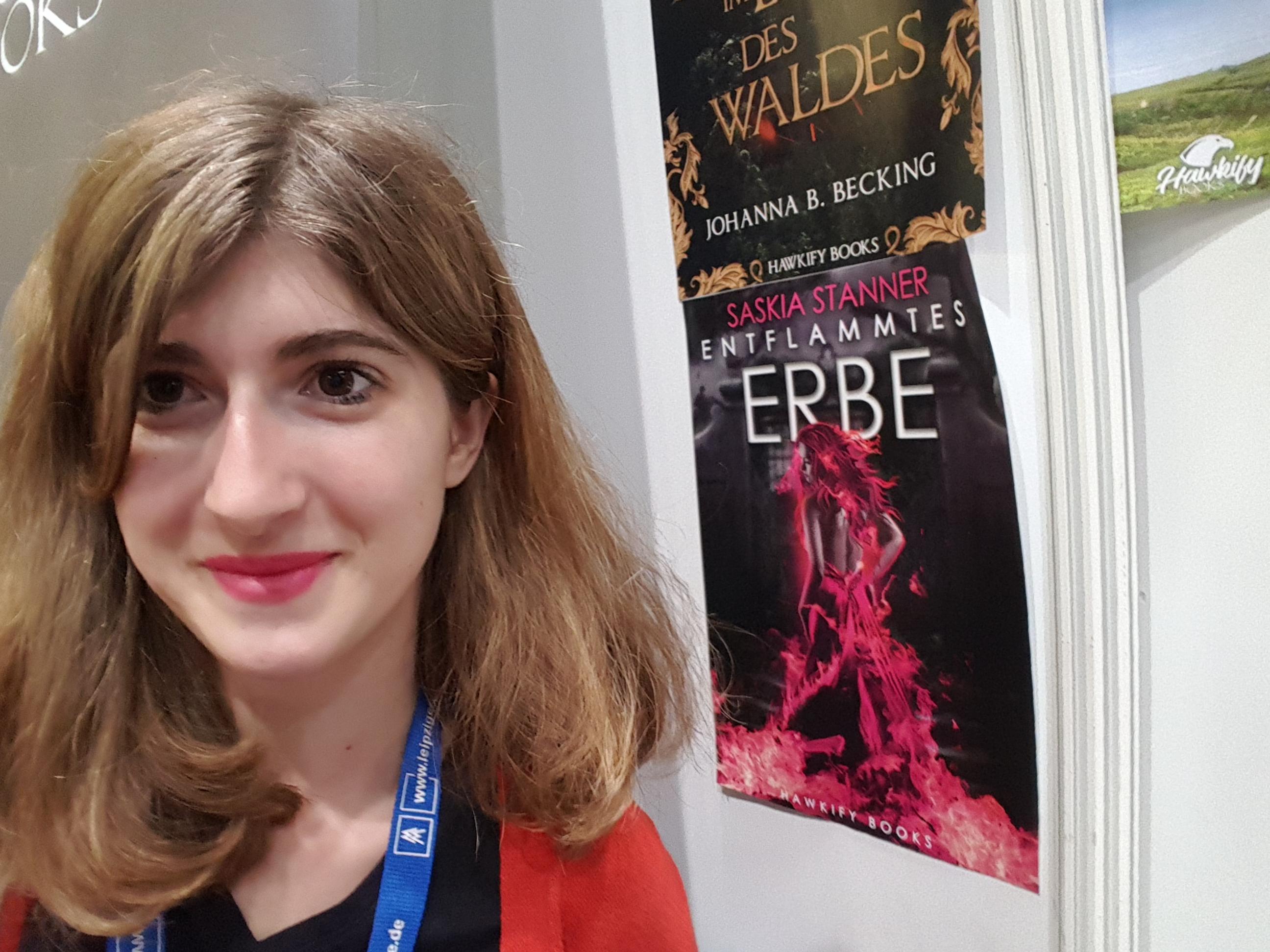 Saskia mit Poster von Entflammtes Erbe auf der Leipziger Buchmesse