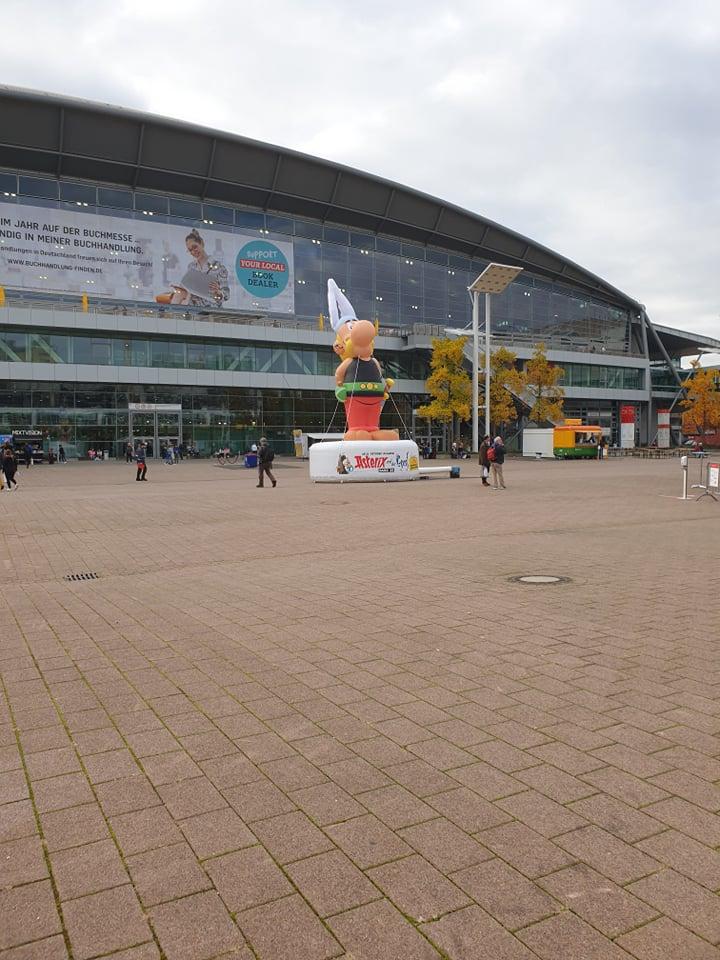 Ein Bild der Agora auf der Frankfurter Buchmesse mit einer Asterix-Figur im Mittelpunkt