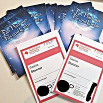 Auf dem Bild sind zwei Tickets für die Frankfurter Buchmesse 2021 sowie Postkarten zu Ein Pfad aus Eis und Liebe zu sehen.